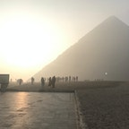 カイロ空港に早朝について、そのままギザに行きました。当日は霧がかっていて、後ろから朝日が射していて。。。その巨大な影を見たときはぞわぞわしました。