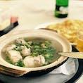 新峰肉骨茶@クアラルンプール 朝からガッツリ!!元気の素 肉骨茶🍖  今回、食べた肉骨茶はシンガポール系の胡椒香る肉骨茶ですが、マレーシアの肉骨茶は黒っぽい漢方風味が強いスープやドライ肉骨茶です。そちらももちろん美味しいのでおススメです。