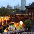 上海の観光スポット「豫園(よえん)」の池の中に建っている上海最古の茶楼「湖心亭」。140年の歴史を持つ建物で本格的な中国茶を楽しみながら、風情ある九曲橋を眺めることができます🍵