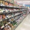 弘前市内のスーパーマーケット:青森県 某TV番組で青森県民のカップ麺の購入数が多い事を目にしたので、気になってスーパーマーケットの店内を覗いて見たところ 驚きの光景を見てしまいまた。 写しきれなかったけど、向かいの列にもカップ麺が並んでいます。 この他に、まだ袋麺も売っいるんだから・・・笑いが込み上げてしまいました。