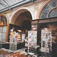 フランス🇫🇷パリ ギャラリー・ヴィヴィエンヌ 歴史記念物に登録されているパリの2区にあるパッサージュ。 ここの本屋さんの店主さんがとても優しい✨