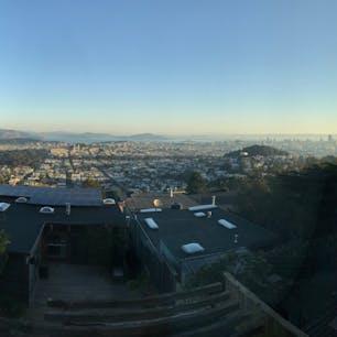 サンフランシスコの朝を一望するツインピークスのAirbnbからの絶景。市内のいかなる高級ホテルからでもこの眺めは得られない