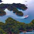 長崎県佐世保市にある九十九島(くじゅうくしま)は、入り組んだリアス式海岸からなる群島で、実際には208もの島が点在しています。島の密度は日本一!世界で最も美しい湾としても有名です。