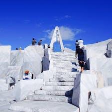 生口島にある耕三寺の未来心の丘という場所です。最近人気があるスポットだそうでインスタ女子がたくさん!この白い石はすべて大理石だそうで、青空に映える白さでした。 #耕三寺 #未来心の丘